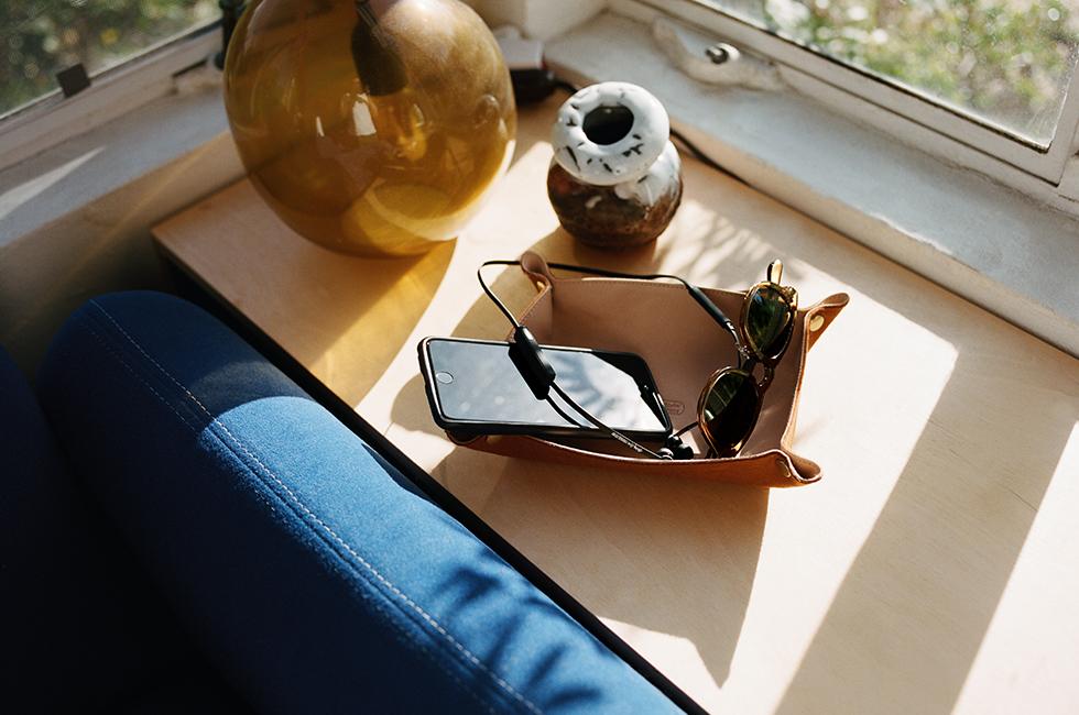 """""""Vasa Bla""""は優れもの 新規に開発された10.2mmサイズのダイナミックタイプのドライバーユニットを搭載。あらゆるジャンル の音楽ディテールを余すことなく、Bluetoothで再生できるんです。フル充電時には連続で約8時間の再生 が可能。クイック充電時間は約10分、フル充電時間は約120分。  スマートフォンと接続すれば、通話も音楽もこれひとつで操作が可能!わずか14gの空気のようなつけ心地 は最高です。"""